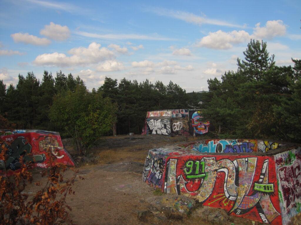 Kolme toisen maailmansodan bunkkeria Mikkolanmäellä.